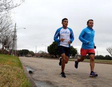 Mario Pacay realiza un entrenamiento en Houston, Texas, acompañado de su entrenador Carlos Trejo. (Foto Prensa Libre: Francisco Sánchez).