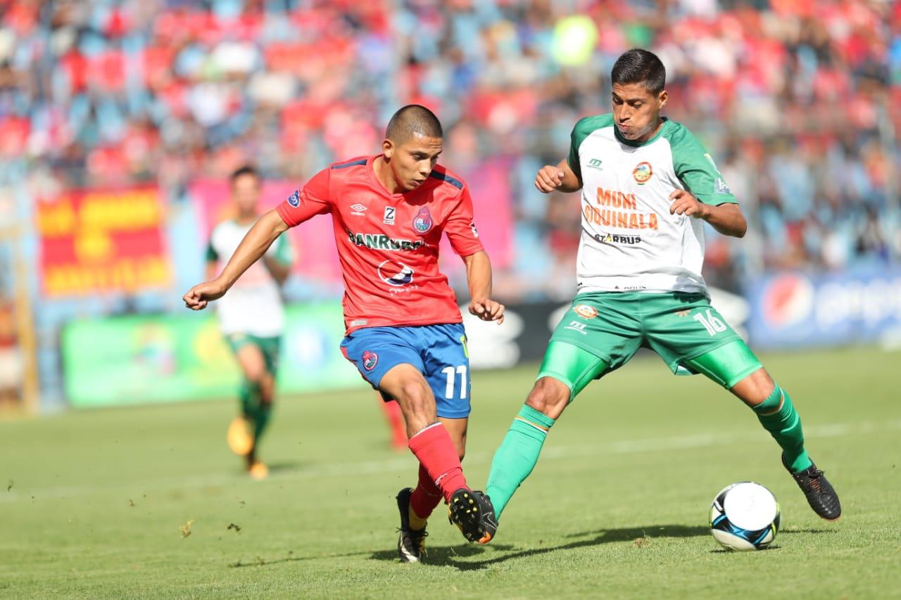 El volante John Méndez (rojo) fue el mejor jugador del partido. Puso tres pases a gol que no fueron concretados.