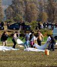 Técnicos forenses retiran  cuerpos del sitio donde explotó un ducto de combustible roto por presuntos ladrones de petróleo, en el municipio de Tlahuelilpan, estado de Hidalgo, México. (Foto Prensa Libre: AFP)