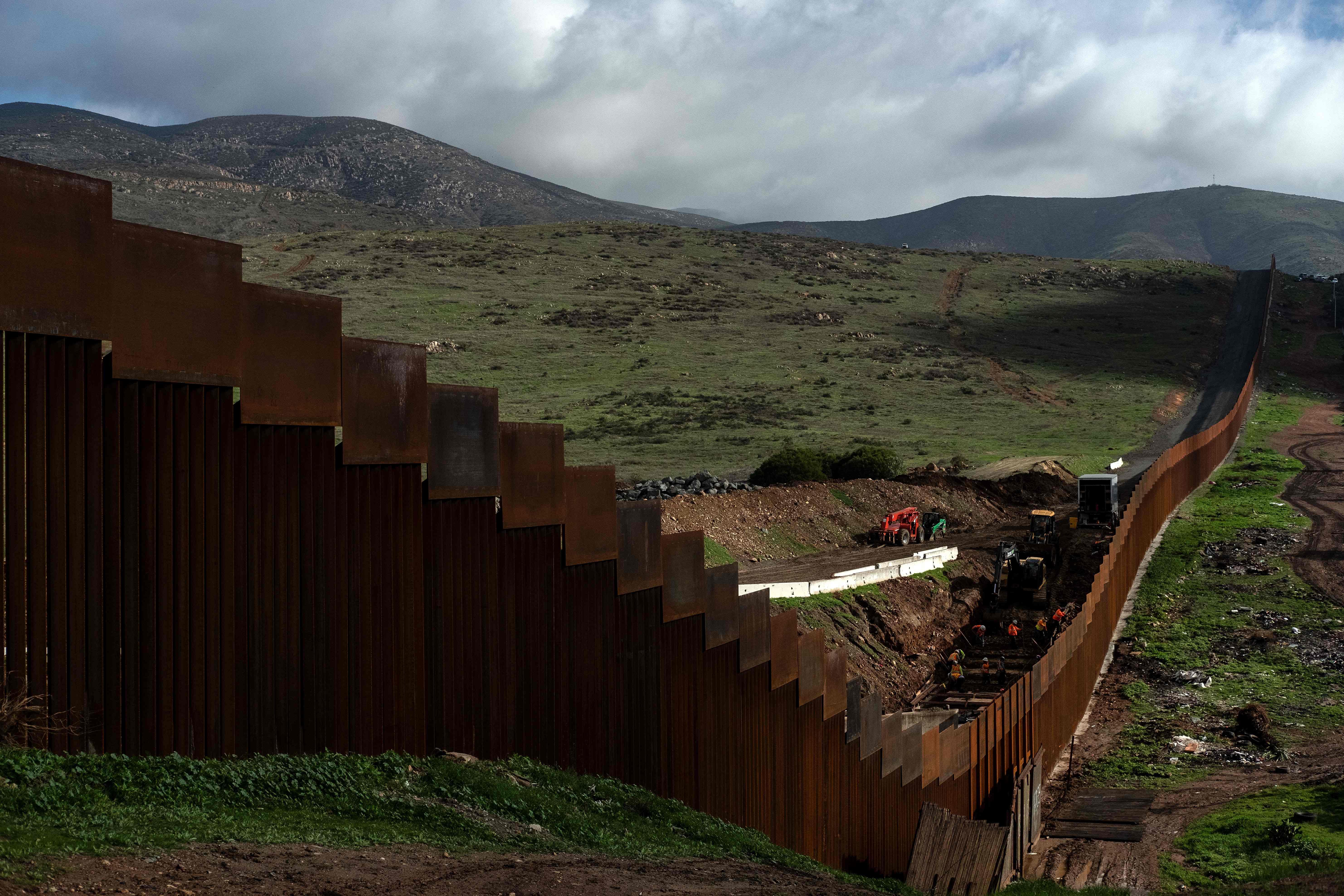 Donald Trump no quiere ceder en su postura de construir un costoso muro a lo largo de la frontera. (Foto Prensa Libre: AFP)