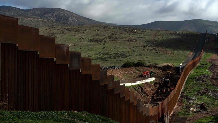 El gran parte de la frontera ya existe una barrera; sin embargo, la migración ilegal no se ha detenido. (Foto Prensa Libre: AFP)