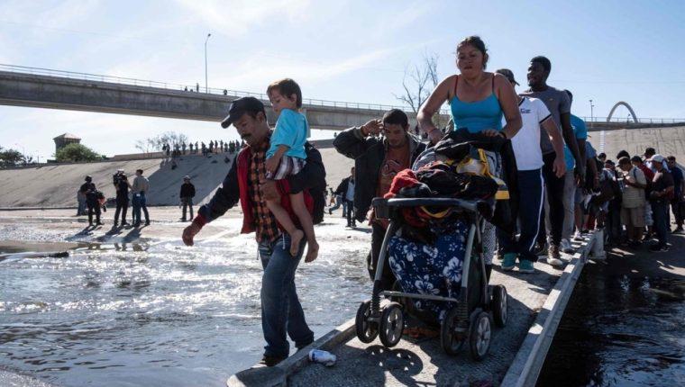 Miles de hondureños de la caravana del 2018 viajaron con sus hijos. (Foto Prensa Libre: Hemeroteca PL)
