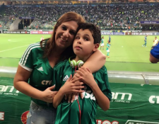 Silvia Grecco y su hijo Nickollas, de 12 años, se han convertido en figuras del Palmeiras, de Sao Paulo. (Foto Prensa Libre: Instagram de Silvia Grecco)