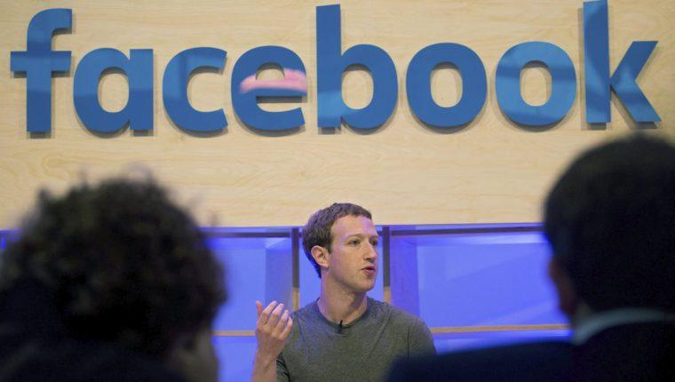 El fundador de Facebook, Mark Zuckerberg, desea hacer cambios en las aplicaciones de mensajería más populares. (Foto Prensa Libre: EFE)