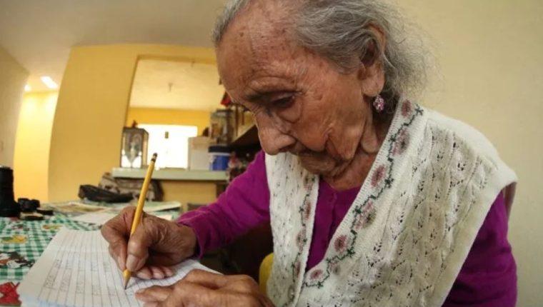 Matilde Colindres Flores, de 105 años, aprendió a leer y escribir a pesar de su avanzada edad. (Foto Prensa Libre: Hemeroteca)