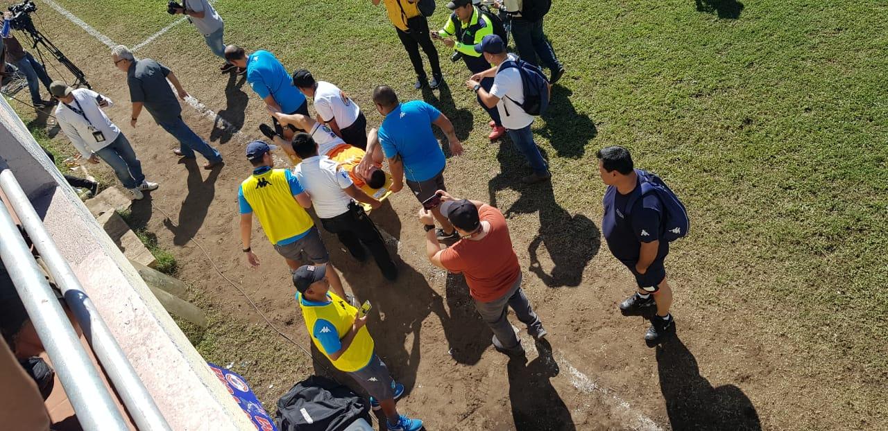 El uruguayo Maximiliano Lombardi fue retirado en camilla en el partido Comunicaciones vs Iztapa.