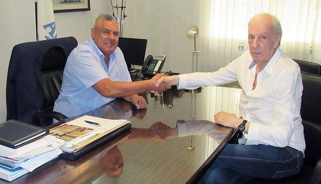 El presidente de la AFA, Claudio Tapia, junto a Cesar Luis Menotti, en Buenos Aires. (Foto Prensa Libre: EFE)