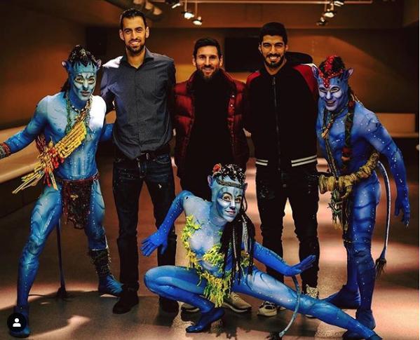 Lionel Messi y sus compañeros Busquets y Suárez comparten con los actores del Cirque du Soleil. (Foto Prensa Libre: Instagram Cirque du Soleil)