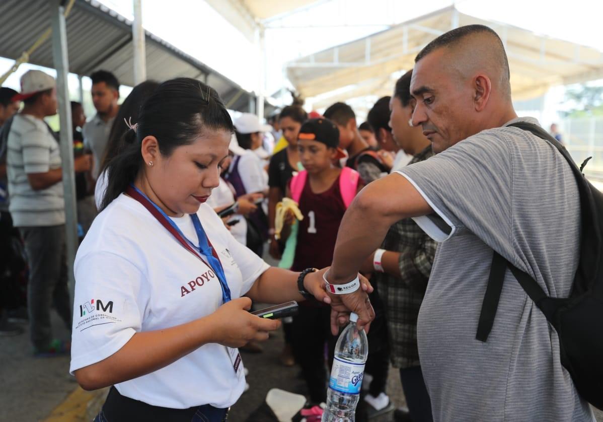 Varios delegados del Instituto Nacional de Migración de México orientan a migrantes hondureños que quieren ingresar a ese territorio. (Foto Prensa Libre: Erick Ávila)