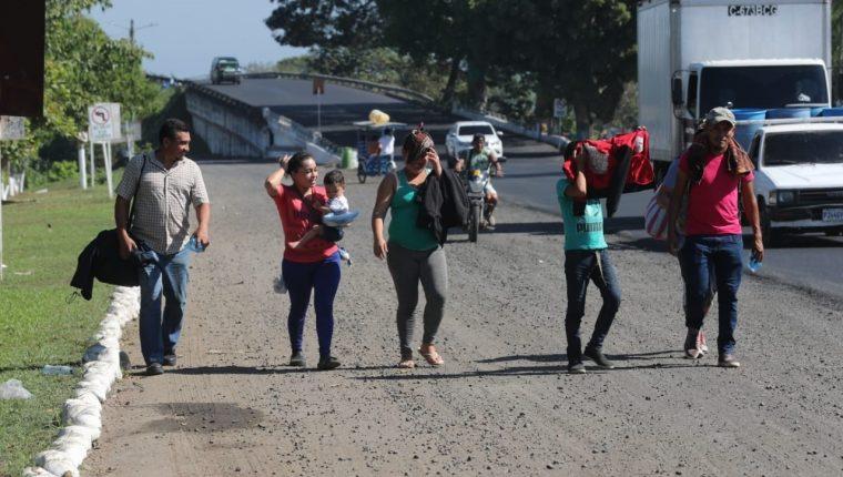 Una familia de hondureños llega a la ciudad de Tecún Umán para tramitar su ingreso a México. (Foto Prensa Libre: Erick Ávila)