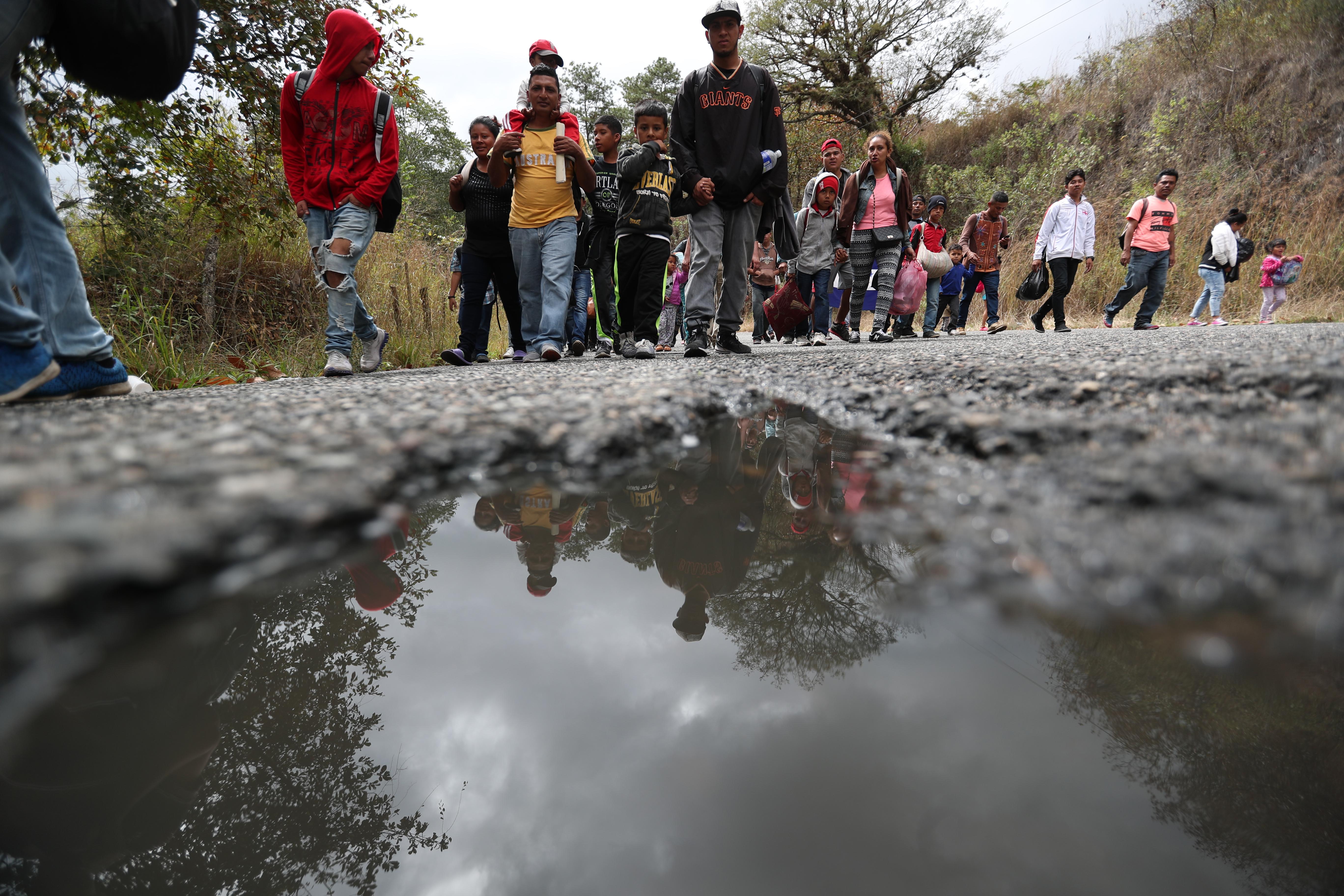 Migrantes hondureños caminan en Chiquimula luego de pasar la aduana de Agua Caliente. (Foto Prensa Libre: Hemeroteca PL)