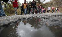 La caravana de migrantes hondureños que se dirige a Estados Unidos y que logró pasar con documentos la aduana de Agua Caliente, continúa hoy su caminata hacia Ciudad de Guatemala (Guatemala). Alrededor de un millar de hombres, mujeres y menores de edad, muchos de los cuales amanecieron en territorio guatemalteco, iniciaron la caminata desde muy temprano
