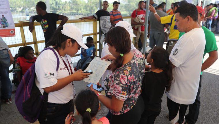 En Tecún Umán, San Marcos, hay más de cuatro mil migrantes hondureños tramitando el permiso para entrar a México. (Foto Prensa Libre: Hemeroteca PL)