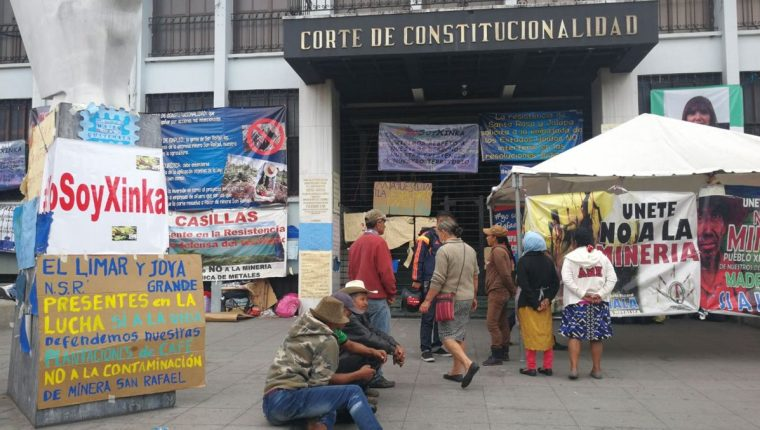 Por varios meses, pobladores de las áreas cercanas a la Mina San Rafael se instalaron en las afueras de la CC mientras esperaban una resolución. (Foto Prensa Libre: Hemeroteca PL)
