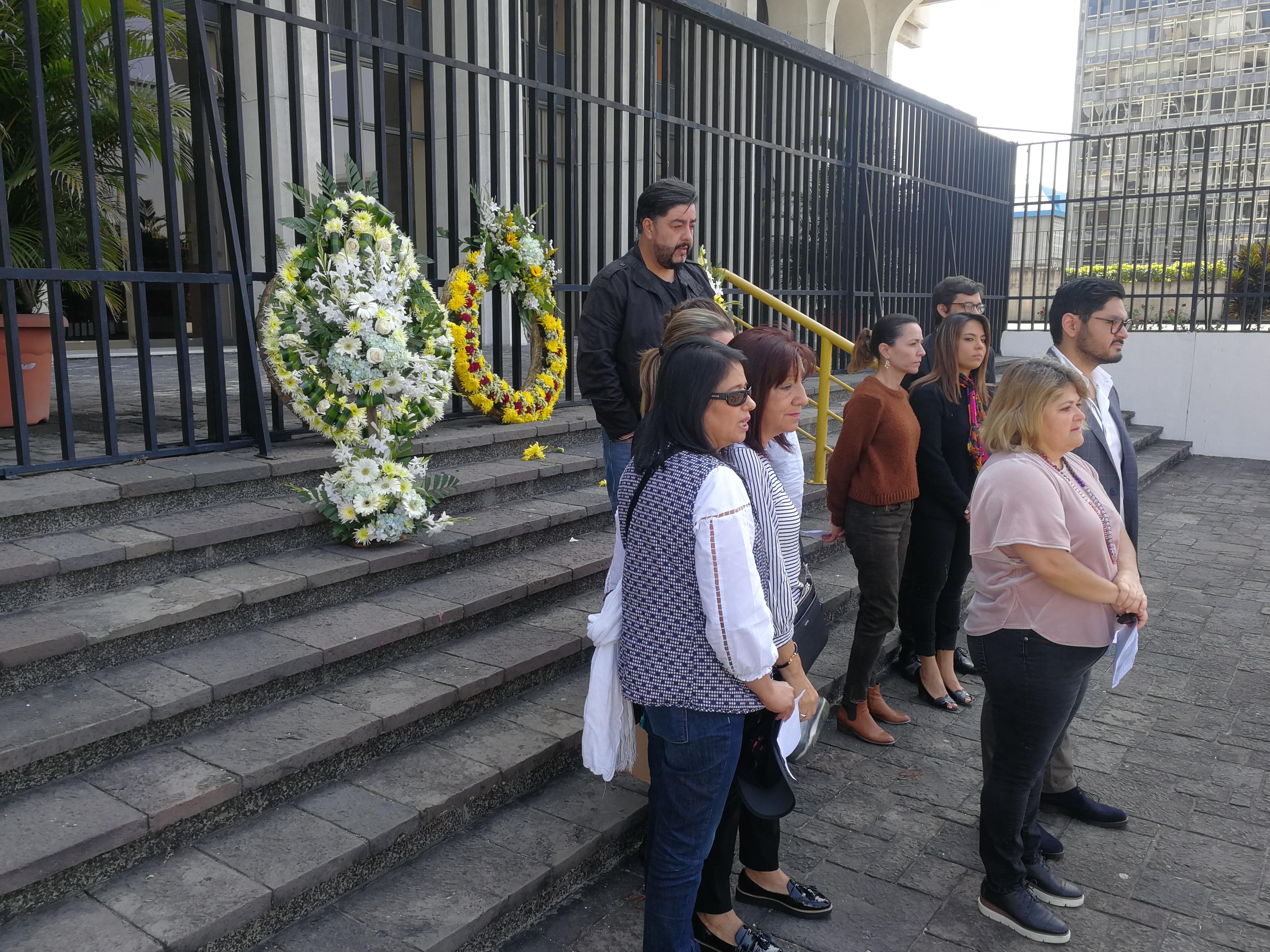 Flores fueron dejadas en la Corte Suprema de Justicia (CSJ) por integrantes del Movimiento Cívico Nacional (MCN). (Foto Prensa Libre: Carlos Hernández)