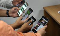 Ilustrar telefonos celulares  en los cuales  las Personas miran videos en su celular, consultan Youtube .  Fotografia Esbin Garcia