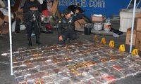 Agentes de la secci—n antinarcoticos de la Policia Nacional Civil (PNC)  realizaron un decomiso  de cocaina  luego de interceptar un cami—n en el kil—metro 15.5 de la ruta al Pac'fico y con apoyo de agentes caninos  K-9 quien detectaron que  el veh'culo trasladaba droga.  Al inspeccionar el cami—n se encontr— una estructura especial en el techo,(caleta) donde estaban escondidos 381 paquetes, que segœn la prueba correspondiente conten'an coca'na.  Por este caso fue capturado el conductor Pedro Antonio Hern‡ndez Paredes de 32 a–os.   FOTO: PNC.       11/06/2016