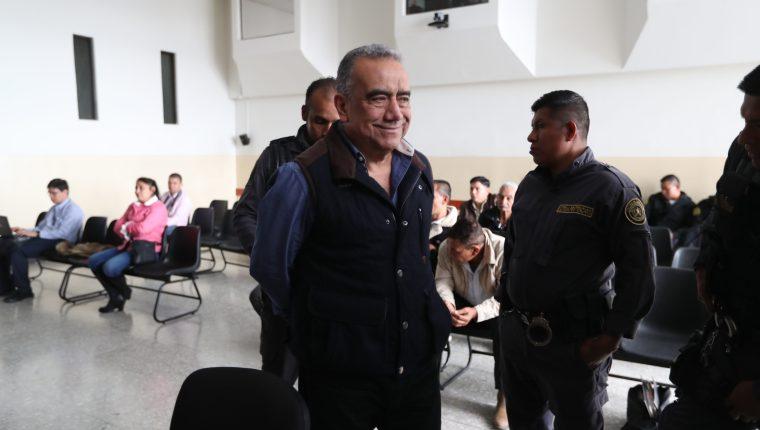 El exdiputado Jaime Martínez Lohaiza, uno de los sindicados en el caso Lavado y Política, durante su traslado a la sala de debate. (Foto Prensa Libre: Hemeroteca PL)