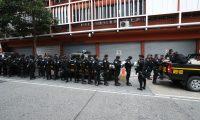 Agentes de la Policía Nacional Civil resguardaron el Congreso. (Foto Prensa Libre: Esbin García)