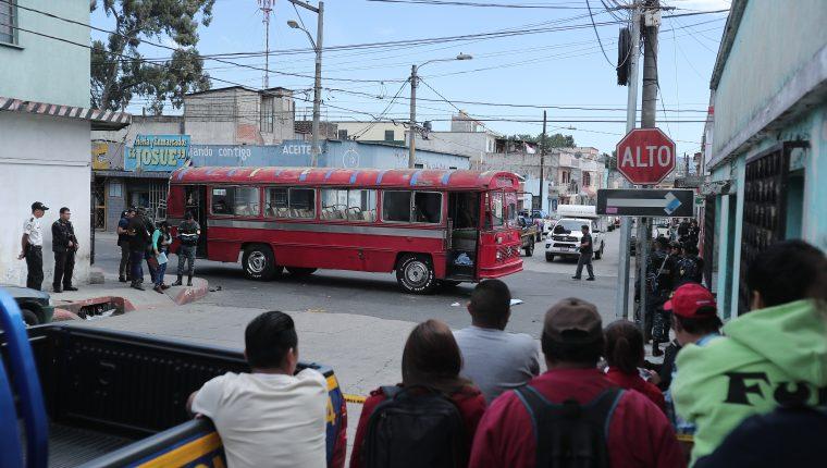 Curiosos observan la escena donde ocurrió el atentado en contra de un autobús de la ruta 32, en la zona 7 capitalina. (Foto Prensa Libre: Juan Diego González)
