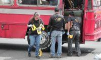 ATENTADO BUS RUTA 32. Um bus de la ruta 32 que cubre parte de su trayecto en la Colonia Quinta Samayoa zona 7, sufri— un atentado cuando una mujer de 19 a–os, identificada como Mirna Elizabeth Ju‡rez; quiso hacer explotar un artefacto dentro del bus pero Žste se accion— y explot— en las manos de la fŽmina. 6 heridos y, la mujer, con ambas manos amputadas fue el resultado del atentado. En la imagen, Polic'a Nacional Civil, Bomberos Municipales, Ministerio Pœbico y agentes de la secci—n de Explosivos realizan peritaje y atienden a heridos.