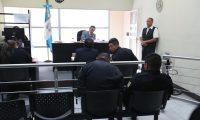Tres agentes de la polic'a nacional escuchan el motivo de su detenci—n el juzgado de turno estas agentes le piden a un piloto de cami—n la cantidad de 4 mil quetzales, para dejarlo ir en esto ocurri— en San Miguel Petapa.   Erick Avila                   21/01/2019