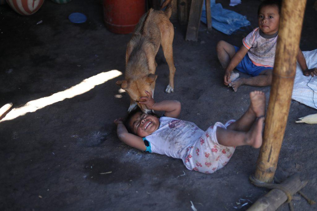 Algunos niños padecen desnutrición en los  Magueyes, en San Luis Jilotepeque, Jalapa. Esbin García.