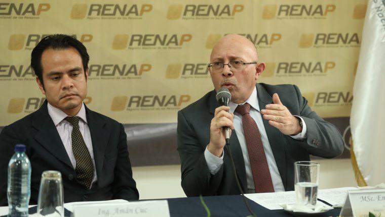 Amán Cuc, director de Informática y Estadística y Enrique Alonzo, director ejecutivo del Renap admiten un fallo en el sistema de almacenamiento de datos. (Foto Prensa Libre: Esbin García)