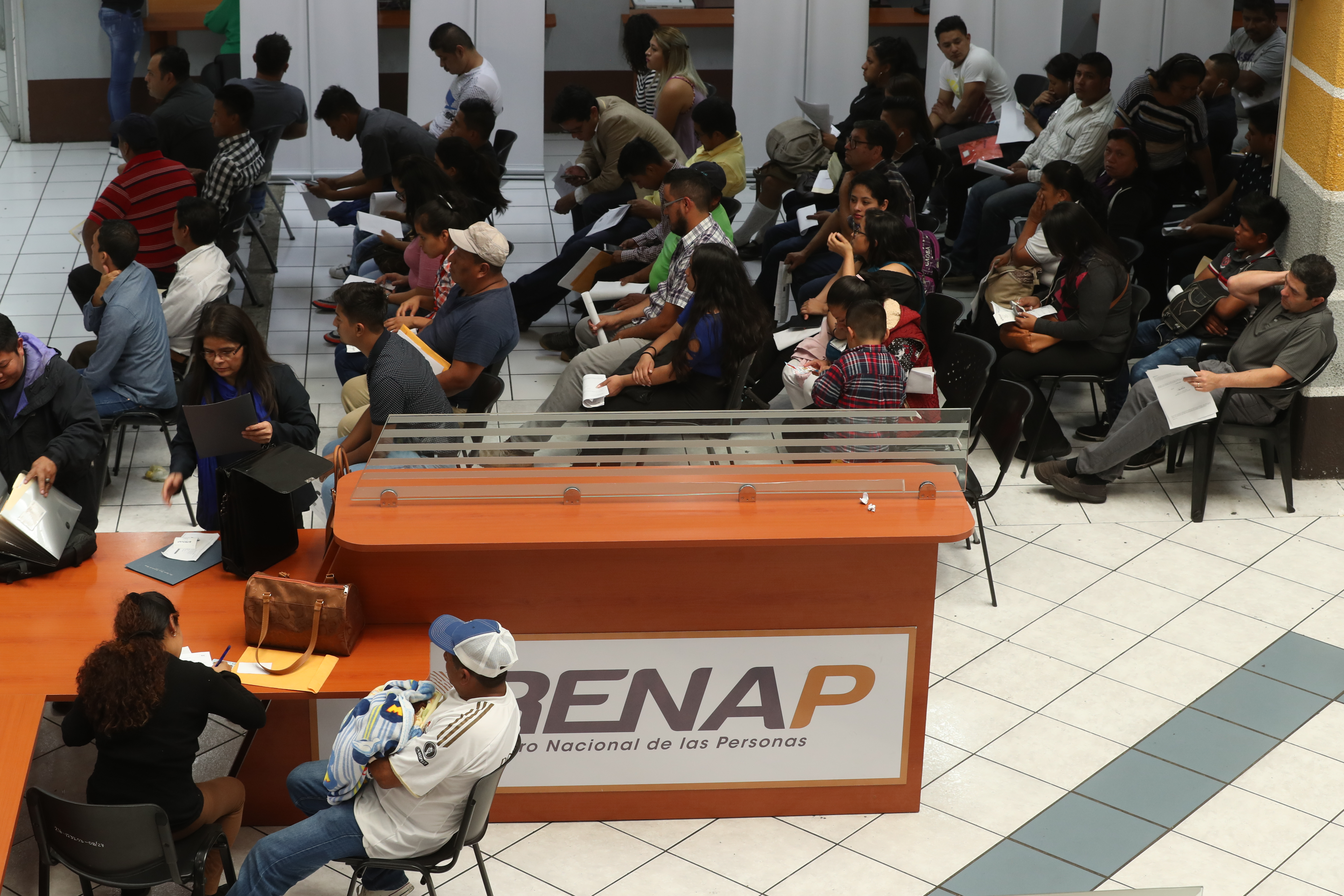 Guatemaltecos esperan más de ocho horas para realizar  un trámite en el Renap. (Foto Prensa Libre: Esbin García)