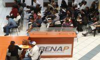 Guatemaltecos realizan trámites en la sede central del Registro Nacional de Personas. (Foto Prensa Libre: Esbín García)