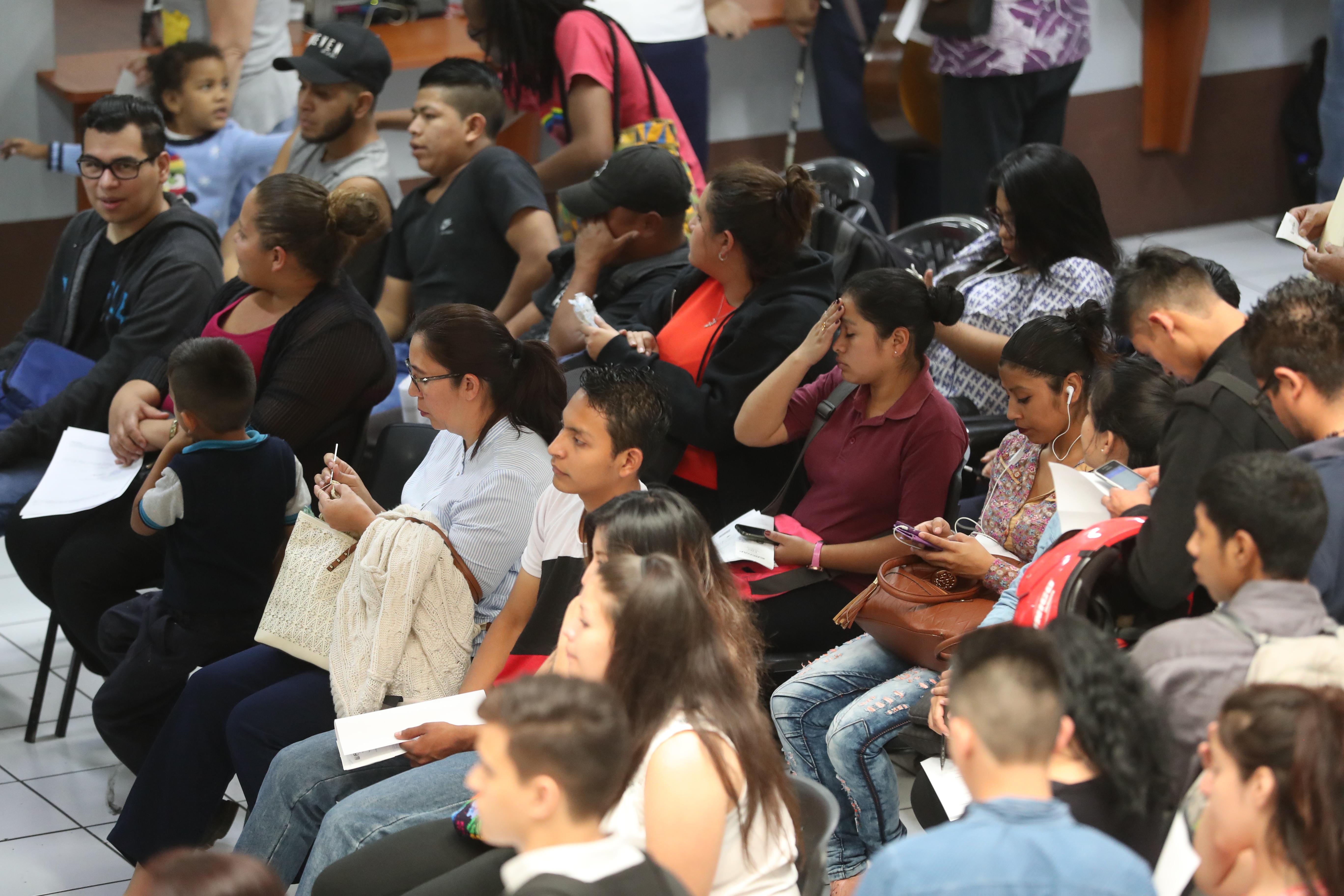 Guatemaltecos realizan tramites en el Registro Nacional de Personas (RENAP).  Oficinas centrales ubicadas en la calzada Roosevelt.                                                                                             Fotograf'a Esbin Garcia 25-01- 2019.
