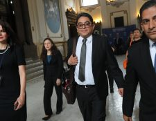 El procurador Jordán Rodas, al llegar al Congreso de la República, institución que constantemente lo estuvo desafiando durante su gestión. (Foto Prensa Libre: Hemeroteca)