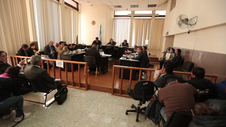 Los 26 señalados durante la audiencia en el Tribunal Sexto Penal. (Foto Prensa Libre: Juan Diego González)