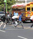 Un grupo de migrantes cruza la Avenida Hincapié en busca de un bus. Recién llegaron deportados desde EE. UU. (Foto Prensa Libre: Érick Ávila)