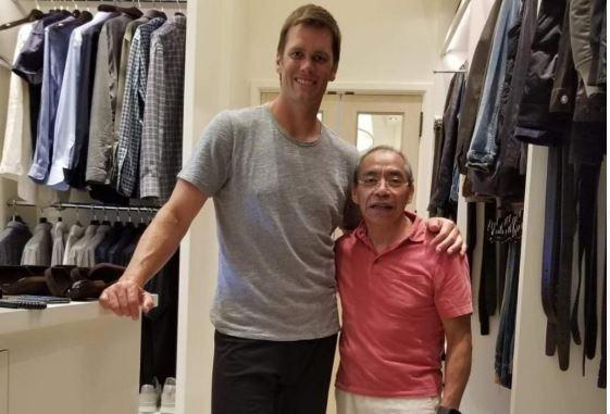 El guatemalteco Flavio Rivas posa junto a Tom Brady, jugador de los Patriots. (Foto Cortesía Flavio Rivas).