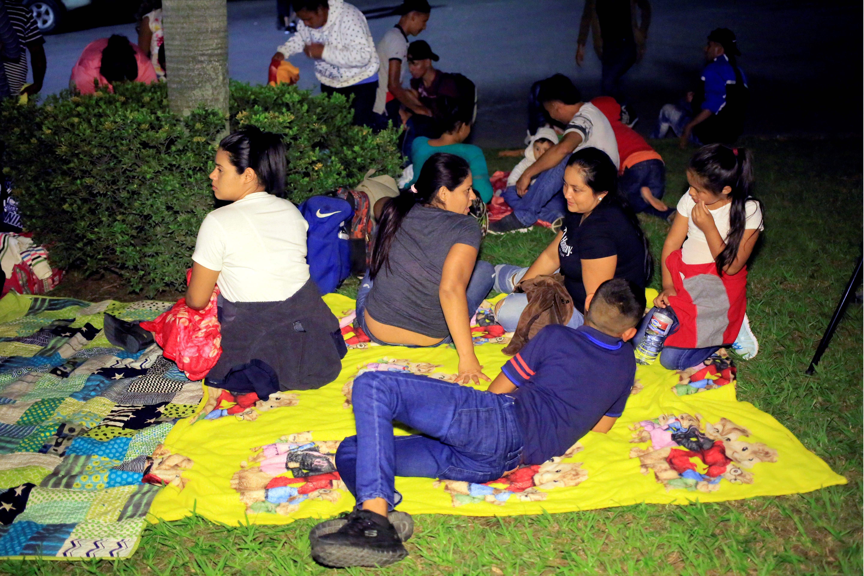Familias enteras viajan en esta nueva caravana hondureña. (Foto Prensa Libre: EFE)