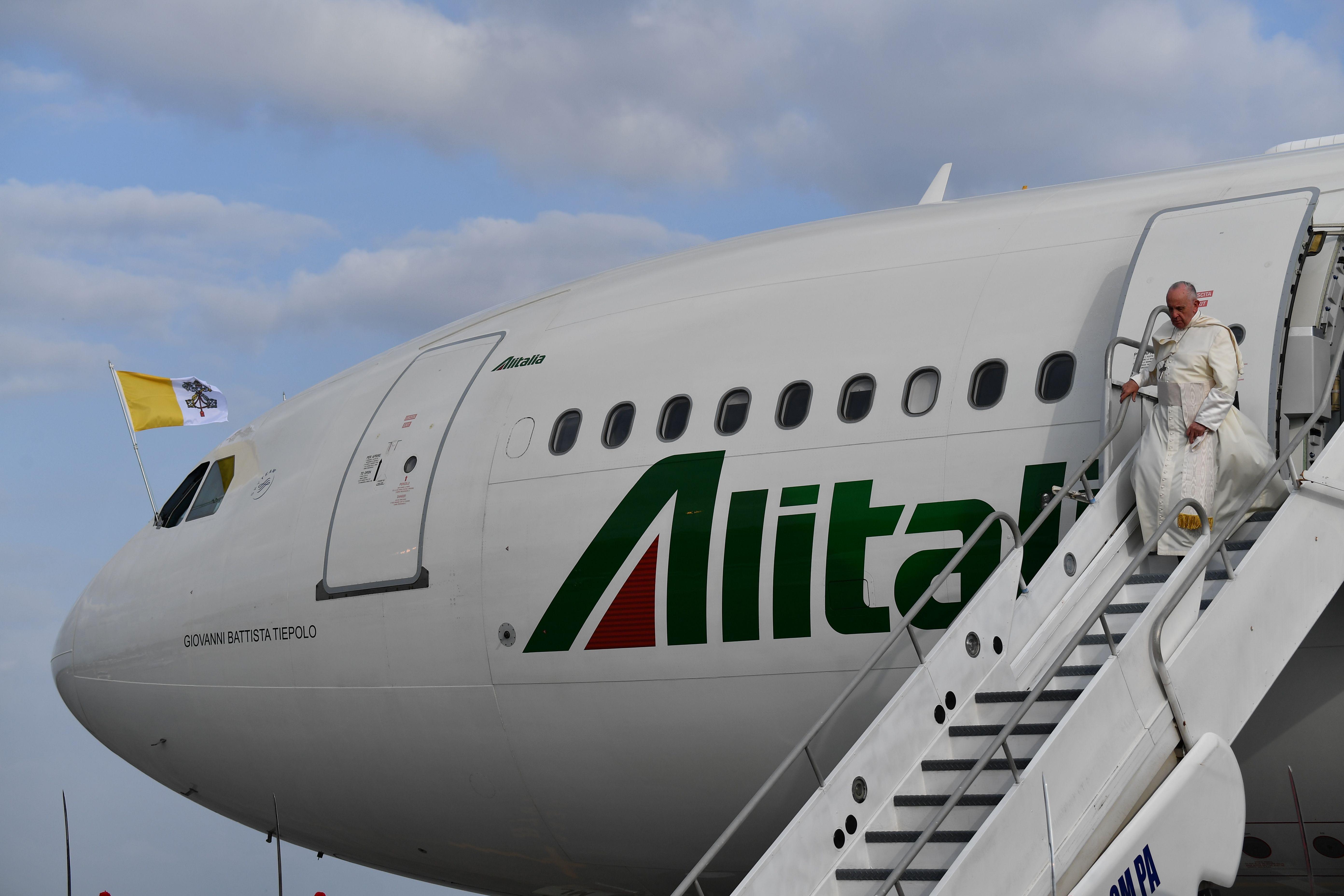 El papa Francisco desciende de la escalinata del avión, ya en Panamá. (Foto Prensa Libre: AFP)