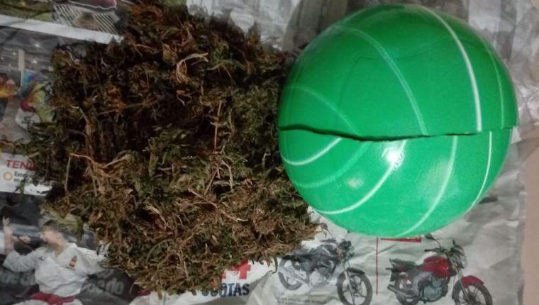 Un hombre intentaba ingresar una pelota con marihuana a la cárcel de hombres de Jalapa. (Foto Prensa Libre: PNC)