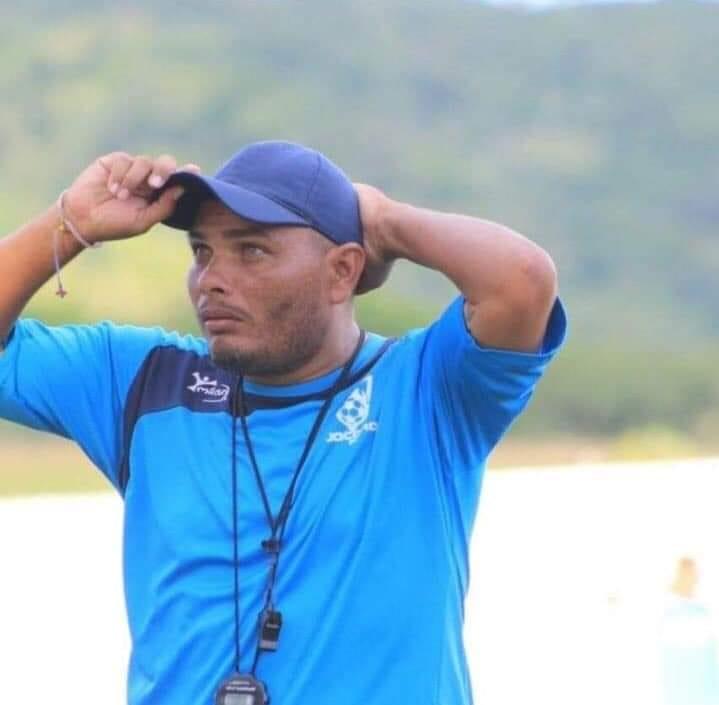 El PF Omar Pimentel, busca a su familia después del juego de Sonsonate por la Copa El Salvador. (Foto Prensa Libre: Sonsonate FC)