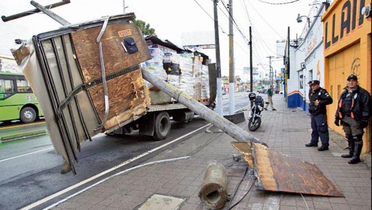 Por derribar un poste del tendido eléctrico, los pilotos deben pagar grandes cantidades, según autoridades de tránsito. (Foto: Hemeroteca PL)