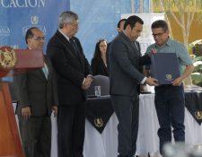 El presidente, Jimmy  Morales; el vicepresidente, Jafeth Cabrera; el ministro de Educación, Óscar Hugo López y el sindicalista Joviel Acevedo, hacen público el pacto colectivo de Educación. (Foto Prensa Libre: Cortesía)