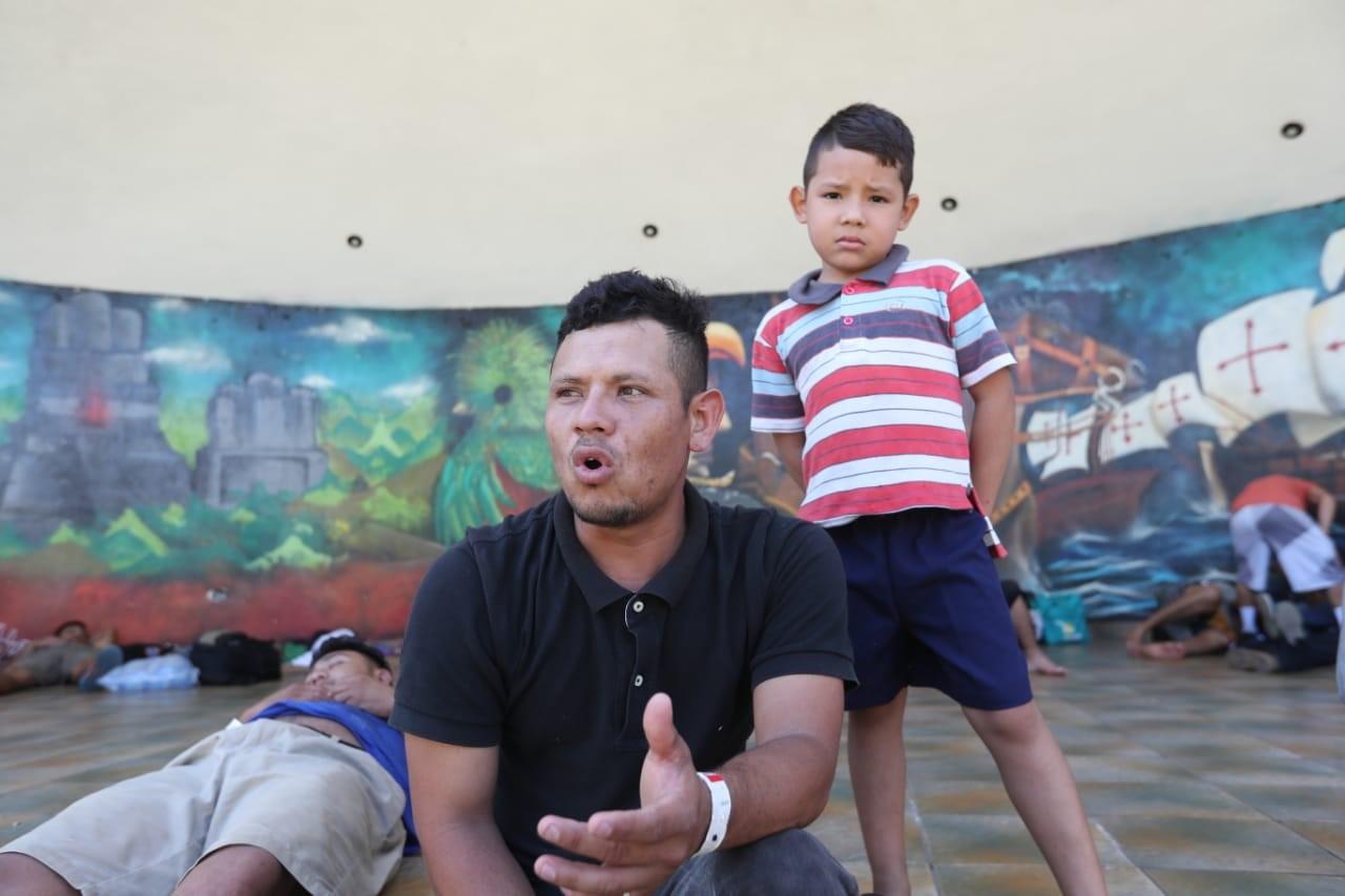 Elmer Alexander Hernández descansa junto a su hijo en la Concha Acústica de Tecún Umán, en San Marcos, frontera con México. (Foto Prensa Libre: Erick Ávila)