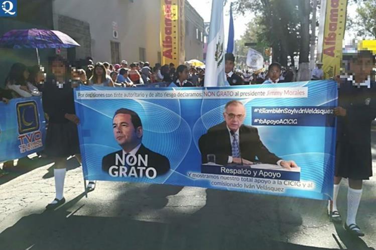 Estudiantes de establecimientos públicos manifestaron apoyo a la Cicig durante el desfile por fiestas de Independencia en Quetzaltenango. (Foto Prensa Libre: Hemeroteca PL)