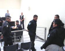 """Tres agentes de la PNC salen de la sala de audiencias luego ser enviados al Preventivo de la zona 18, fueron detenidos por """"exigir"""" Q4 mil a un comerciante. (Foto Prensa Libre: Hemeroteca)"""