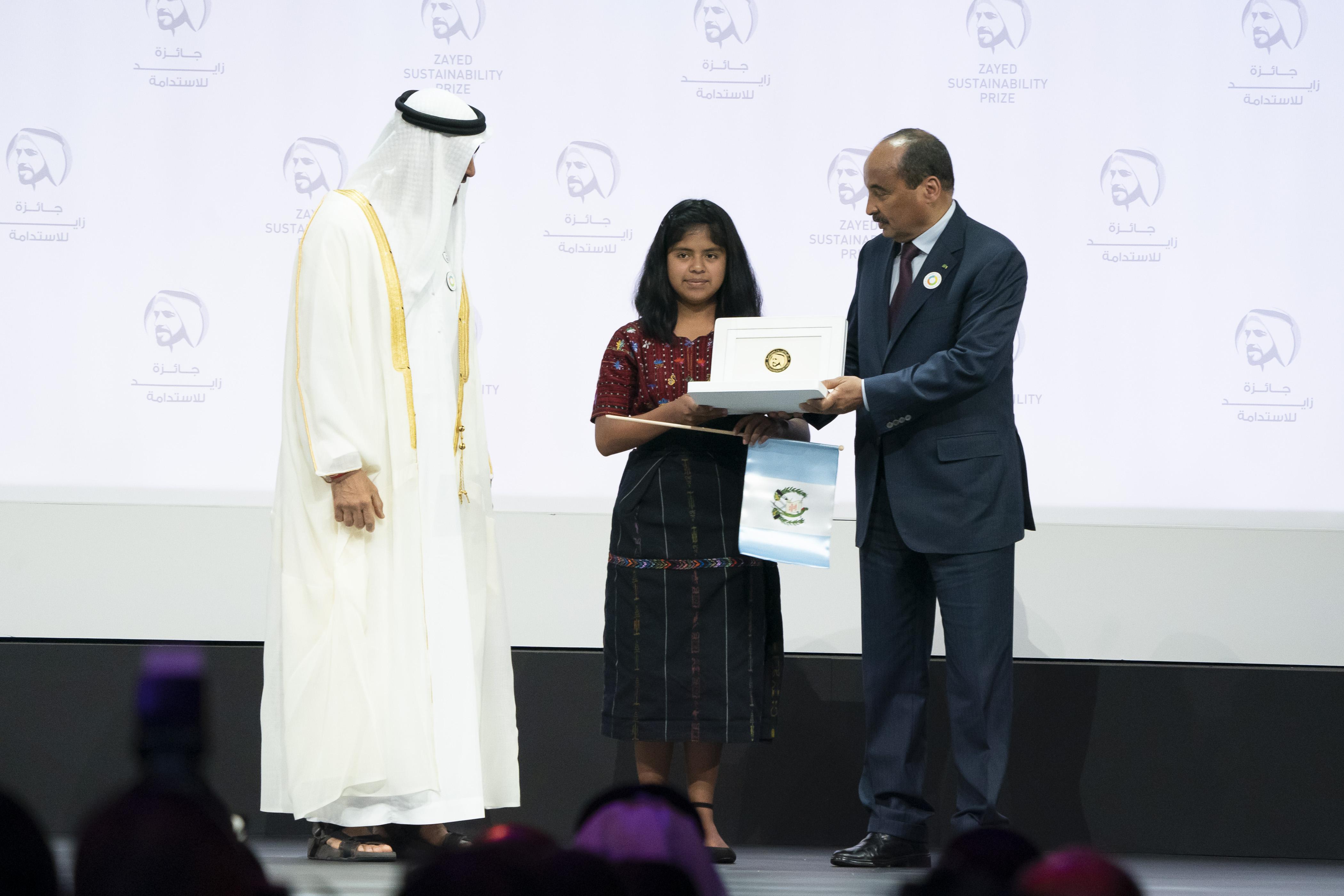 Ester Noemí Bocel Chopén recibe el premio Zayed. (Foto Prensa Libre: Cortesía Colegio Impacto)