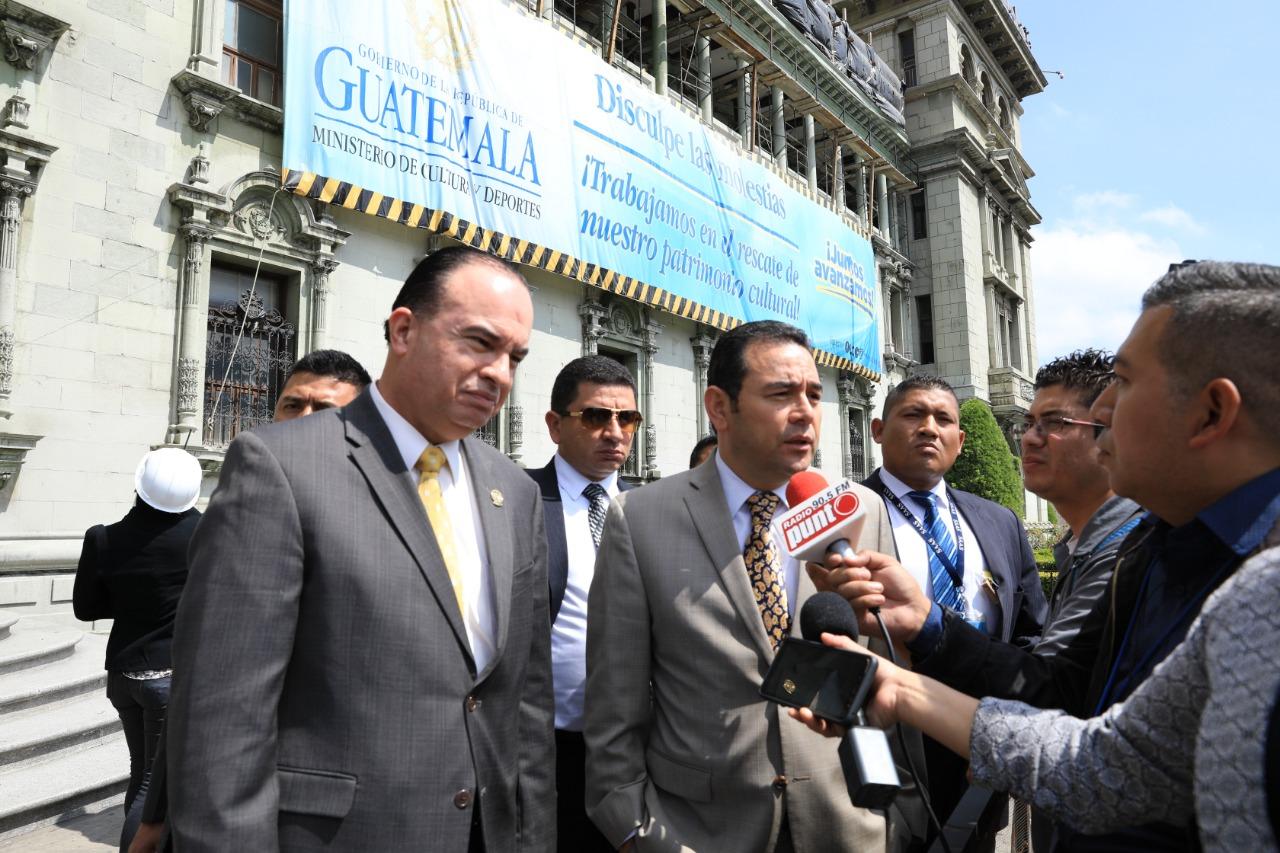 El presidente Jimmy Morales y el ministro de Agricultura, Mario Méndez-Montenegro, supervisaron trabajos de remozamiento en el Palacio Nacional de la Cultura. (Foto Prensa Libre: SCSP)
