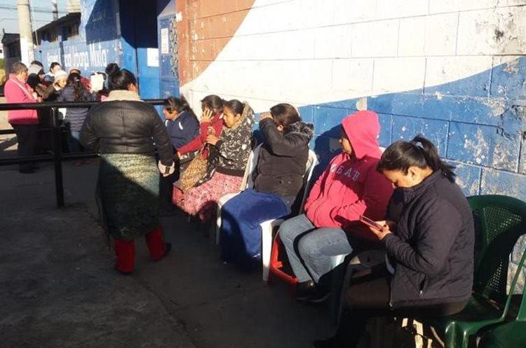 Vecinos de varios sectores de Quetzaltenango hacen fila frente a la Escuela Oficial Urbana Mixta Los Trigales, zona 7 de Quetzaltenango. (Foto Prensa Libre: María José Longo)