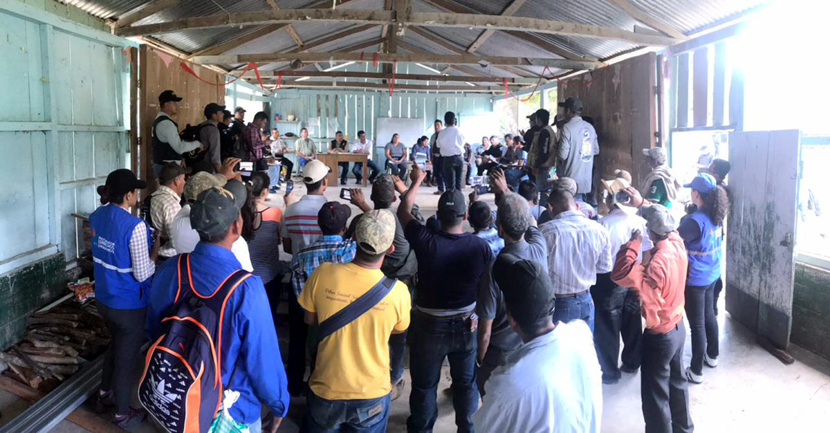 Autoridades y campesinos improvisaron en un aula una mesa de diálogo para calmar la situación y deponer medidas de hecho. (Foto Prensa Libre: César Hernández).