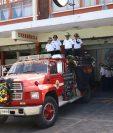 Con una caravana trasladaron el cuerpo del bombero al Campo Escuela de la Quinta Compañía donde laboró sus últimos días. (Foto Prensa Libre: María Longo)
