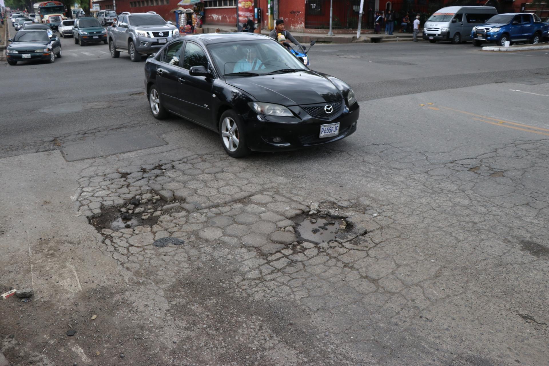 El recapeo de las calles principales de la ciudad es una acción que los ciudadanos esperan desde el primer año de gestión del actual Concejo. (Foto Prensa Libre: María Longo)